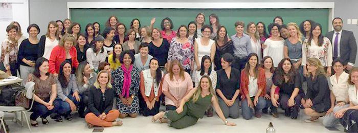 Turma de cerca de 50 pessoas, maioria mulheres, posando juntas para a foto.